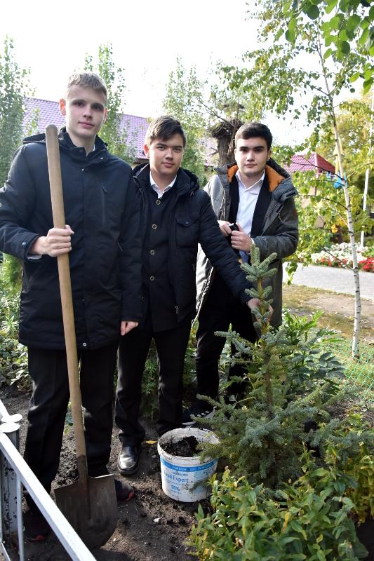 Учащиеся школы приняли участие в высадке аллеи, посвященной памятным датам